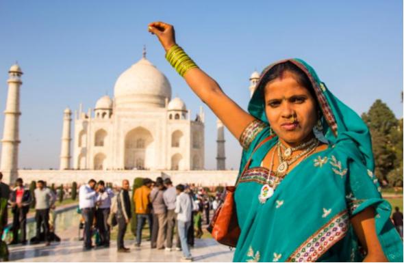 Držení indického Tádž Mahalu jako použitý čajový sáček, právě vytažený z hrnečku