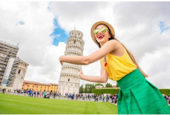 Objímání nebo opírání se o šikmou věž v italské Pise, jako by to byla nejlepší kamarádka